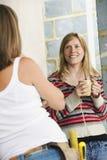 Mujer con Toolbelt que habla con la hembra sonriente imagenes de archivo