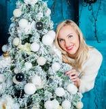 Mujer con un árbol de navidad Imagen de archivo