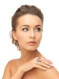 Mujer con un anillo del cóctel Fotografía de archivo libre de regalías