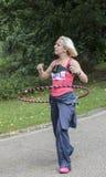 Mujer con un aro del hola, Raza-para-vida Reino Unido Imagenes de archivo