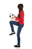 Mujer con un balón de fútbol Imágenes de archivo libres de regalías