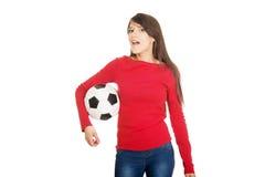 Mujer con un balón de fútbol Fotos de archivo libres de regalías