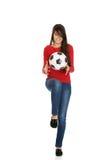 Mujer con un balón de fútbol Fotografía de archivo libre de regalías