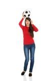 Mujer con un balón de fútbol en la cabeza Fotos de archivo libres de regalías