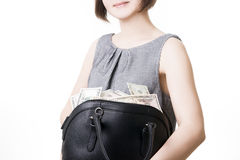 Mujer con un bolso lleno de dinero en las manos de Foto de archivo libre de regalías