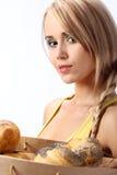Mujer con un bolso lleno de pan cocido al horno fresco Imagenes de archivo