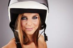 Mujer con un casco blanco de la motocicleta Fotografía de archivo