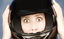 Mujer con un casco del motrcycle y una expresión sorprendida Imágenes de archivo libres de regalías