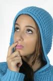 Mujer con un casquillo azul de las lanas Foto de archivo libre de regalías