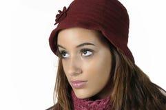 Mujer con un casquillo rojo de las lanas Fotos de archivo