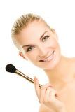 Mujer con un cepillo del maquillaje Imágenes de archivo libres de regalías