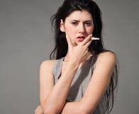 Mujer con un cigarrillo Fotos de archivo libres de regalías