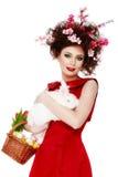 Mujer con un concepto de pascua de la primavera del conejito, de los huevos y de las flores Fotografía de archivo libre de regalías