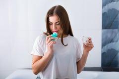 Mujer con un desodorante imagen de archivo