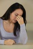 Mujer con un dolor de cabeza Imagen de archivo