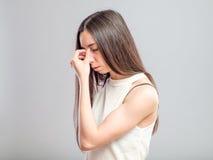Mujer con un dolor de cabeza Fotos de archivo
