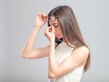 Mujer con un dolor de cabeza fotografía de archivo