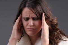 Mujer con un dolor de cabeza Foto de archivo libre de regalías