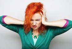 Mujer con un dolor de cabeza que lleva a cabo la pista Imagen de archivo