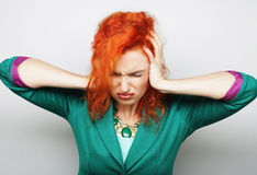 Mujer con un dolor de cabeza que lleva a cabo la pista Imágenes de archivo libres de regalías