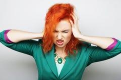 Mujer con un dolor de cabeza que lleva a cabo la pista Imagen de archivo libre de regalías