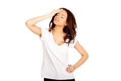 Mujer con un dolor de cabeza que lleva a cabo la pista Fotografía de archivo