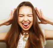 Mujer con un dolor de cabeza que lleva a cabo la pista Fotos de archivo libres de regalías