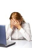 Mujer con un dolor principal en el fondo blanco Foto de archivo