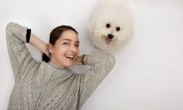 Mujer con un frise blanco del bichon del perro Imagen de archivo libre de regalías