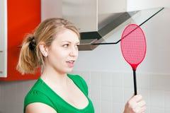 Mujer con un golpe violento de la mosca imagenes de archivo