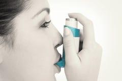 Mujer con un inhalador del asma Imagenes de archivo