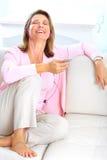 Mujer con un jugador mp3 Imagen de archivo