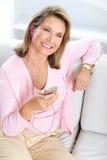 Mujer con un jugador mp3 Imagenes de archivo
