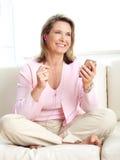 Mujer con un jugador mp3 Fotos de archivo libres de regalías