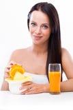 Mujer con un juicer y las naranjas Foto de archivo libre de regalías