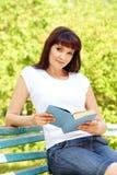 Mujer con un libro Imagen de archivo libre de regalías