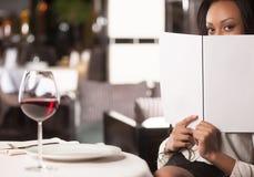 Mujer con un menú. Imágenes de archivo libres de regalías