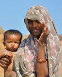 Mujer con un niño en la India Fotos de archivo libres de regalías