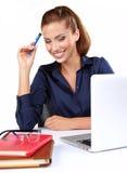 Mujer con un ordenador portátil Imagen de archivo libre de regalías
