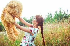 Mujer con un oso de peluche en naturaleza Imágenes de archivo libres de regalías