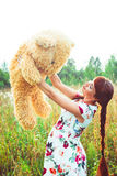Mujer con un oso de peluche en naturaleza Fotos de archivo libres de regalías