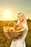 Mujer con un pan cocido al horno Imágenes de archivo libres de regalías