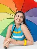 Mujer con un paraguas del arco iris Imagenes de archivo