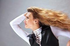 Mujer con un pelo rizado largo Imagen de archivo libre de regalías