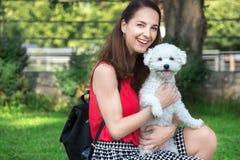 Mujer con un pequeño perro Foto de archivo libre de regalías