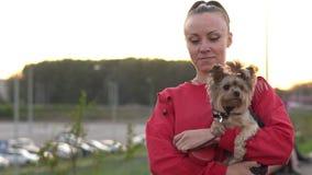 Mujer con un perro en sus brazos
