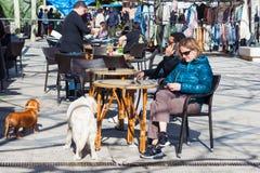 Mujer con un perro que se sienta en la terraza de la barra en Esporles, Mallorca, España foto de archivo libre de regalías