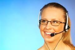 Mujer con un receptor de cabeza Imagenes de archivo