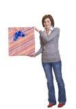 Mujer con un rectángulo de regalo Fotos de archivo libres de regalías