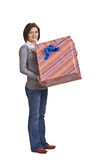 Mujer con un rectángulo de regalo Imagenes de archivo